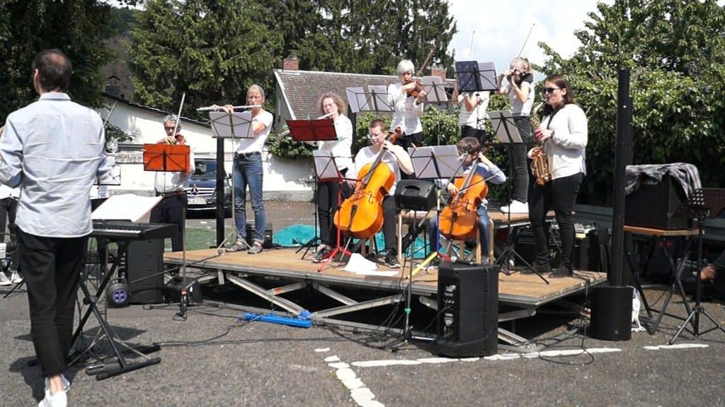 Das mut-Orchester unter Leitung von Tobias van de Locht auf dem Maikäferfest in Bonn-Oberkassel